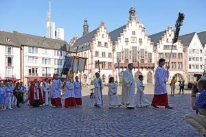 Prozessionszug erreicht den Römer