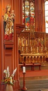 Blick auf den Altar und Maria